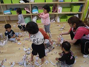 茨城県つむぎ保育園龍ヶ崎園 新聞遊び写真