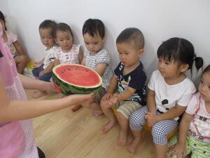 茨城県つむぎ保育園龍ヶ崎園 スイカ食育写真