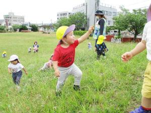 茨城県つむぎ保育園龍ヶ崎園 芝生外遊び写真