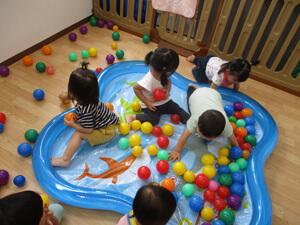 茨城県つむぎ保育園龍ヶ崎園 室内遊び ボールプール写真