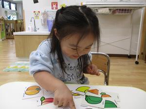 茨城県つむぎ保育園龍ヶ崎園 食育 野菜絵合せカード遊び写真