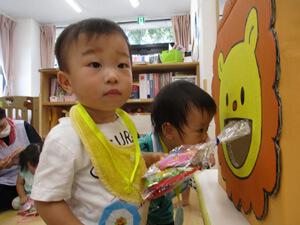 茨城県つむぎ保育園龍ヶ崎園 お菓子の掴み取り写真