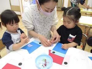 茨城県つむぎ保育園龍ヶ崎園 園児こいのぼり制作遊び写真